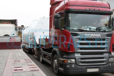 Модульная заправка уезжает на борду тягача Scania постоянному клиенту